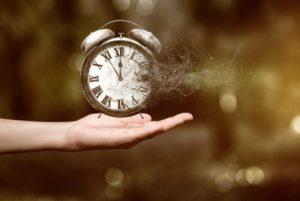 цените время, будильник на ладони